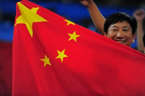 """图文:中国男篮迎战""""梦八"""" 五星红旗正在飘扬"""