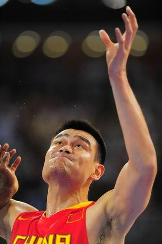 """图文:中国男篮迎战""""梦八"""" 姚明卡住位抢篮板"""