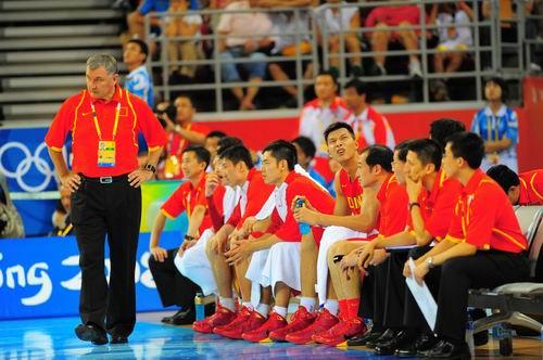 """图文:中国男篮迎战""""梦八"""" 尤纳斯在场边指挥"""