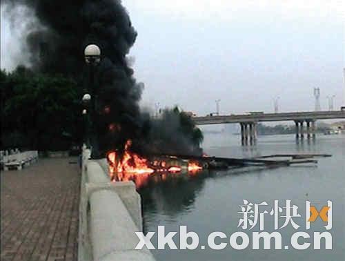 挖沙船起火爆炸后渐渐沉入水中。张亮/摄