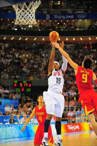 图文:男篮70-101憾负梦八 安东尼在比赛中单打