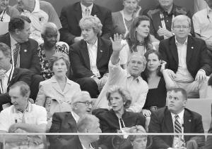 10日,美国总统布什(中排,右二)与夫人、澳大利亚总理陆克文(右一)等在看台上观看游泳比赛