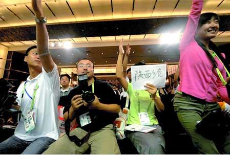 """一位来自陕西的记者为了向张艺谋提问,在纸上写着""""陕西乡党"""" 本报特派北京记者赵彬摄"""