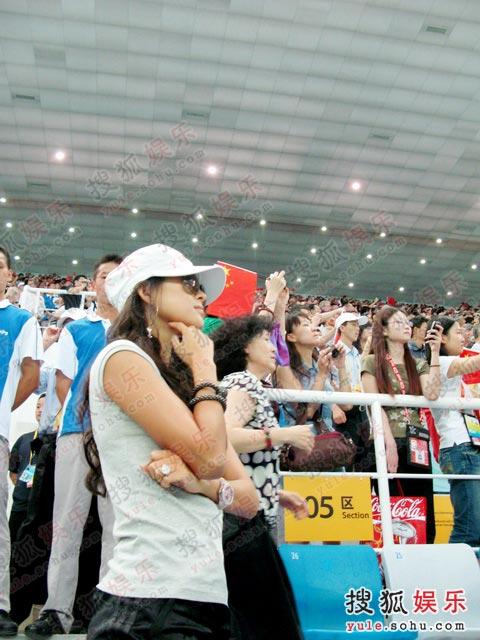 原来这位孝顺的姑娘是带母亲来看比赛的