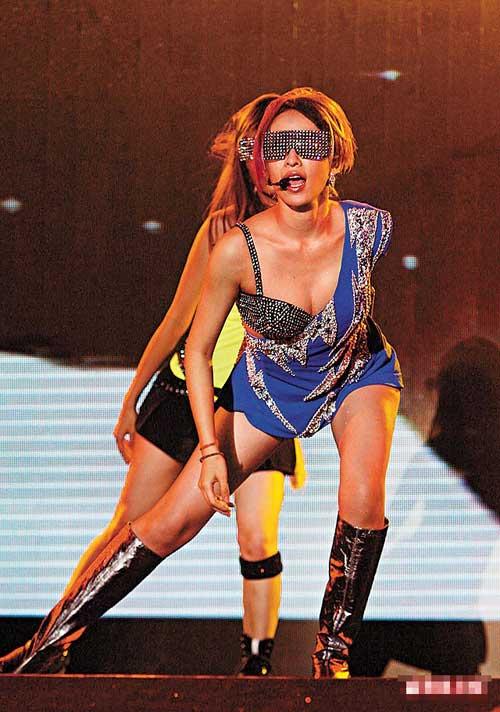 萧亚轩演唱会上以银色bra单肩装造型出现,在跳劲舞时份外狂野