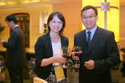 与搜狐公司副总裁、奥运事业部总经理陈陆明与与会嘉宾在酒会上
