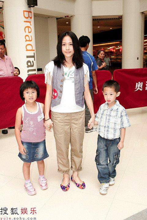 林嘉欣带两位小朋友出席
