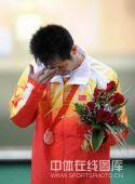 图文:朱启南十米气步枪憾失金牌  低头抹泪