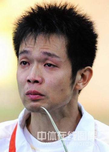 图文:朱启南十米气步枪憾失金牌  眼圈尽红