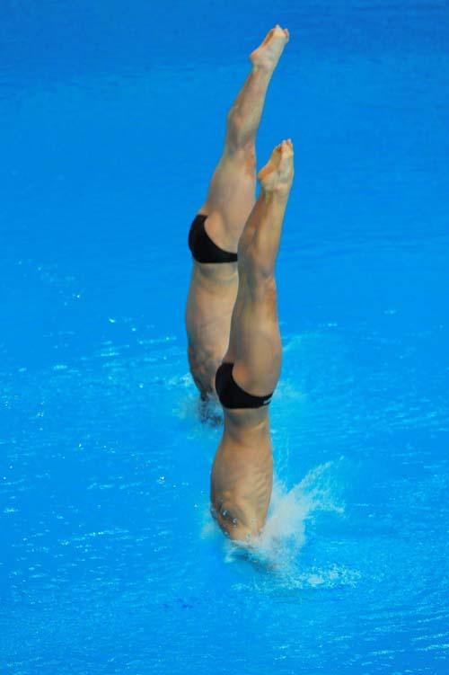 图文:男子双人十米台  入水瞬间