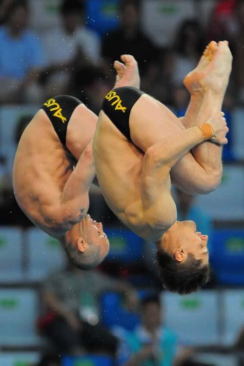 图文:男子双人十米台  抱膝团身