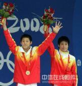 图文:男子双人10米台林跃/火亮摘金 领奖台上