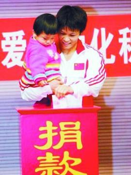 冼东妹和女儿一起献爱心