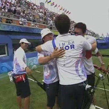 图文:韩国队获得射箭男子团体金牌
