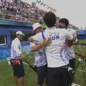 图文:[夺金时刻]韩国队获得射箭男子团体金牌