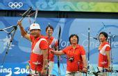图文:中国射箭男队斩获铜牌 三个弓箭手