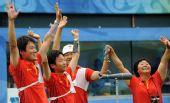 图文:中国射箭男队斩获铜牌 向观众致意