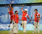 图文:中国射箭男队斩获铜牌 欢呼雀跃