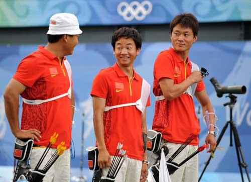 图文:中国射箭男队斩获铜牌 表情搞怪