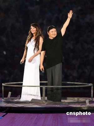 """刘欢和莎拉·布莱曼在""""鸟巢""""中央共同演唱北京奥运会开幕式主题歌《you and me》"""