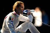 图文:女子花剑个人1/8决赛 韦扎利在场边休息