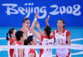 图文:女排预赛中国迎战波兰 女排姑娘团结一心