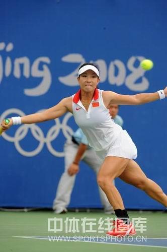 图文:网球女单郑洁逆转晋级第二轮 咬牙拼杀
