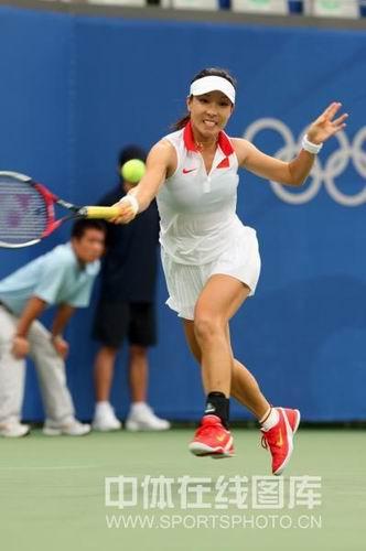 图文:网球女单郑洁逆转晋级第二轮 奋力拼杀