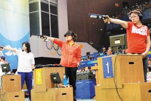 预赛一度落后,对手帕杰林娜使出快枪战法施压未遂,冷静枪手郭文珺沉稳还击,最终夺金。