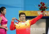 图文:举重男子62公斤级张湘祥夺金 胜利微笑