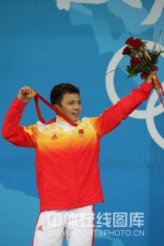 图文:举重男子62公斤级张湘祥夺第金 高举鲜花