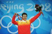 图文:中国选手张湘祥获得金牌 展示金牌