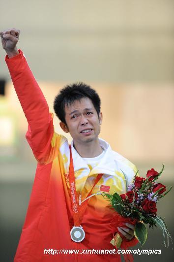 8月11日,中国选手朱启南在颁奖典礼上满含热泪。当日,北京奥运会射击男子10米气步枪决赛在北京射击馆举行,中国选手朱启南以699.7环的成绩获得亚军。 新华社记者 徐家军 摄     新华网北京8月11日奥运专电(记者刘丹 沈楠 李铮)一脸冷酷通常是朱启南的标准像。即使是4年前在雅典少年成名时,他也仅只在嘴角掠过一丝微笑。今天,站在北京射击场的亚军领奖台上,这位冷酷少年一度仰天,试图让泪水倒流,但一切都是徒劳,因为夺眶的泪水已然恣肆。