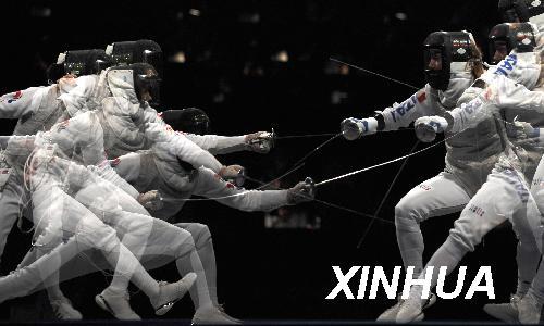 8月11日,韩国选手南贤喜(左)在比赛中(多重曝光拍摄)。当日,韩国选手南贤喜在国家会议中心击剑馆举行的北京奥运会女子花剑个人决赛中以5比6不敌意大利选手玛丽亚·瓦伦蒂娜·韦扎利,获得亚军。新华社记者杨磊摄