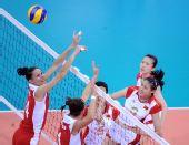 图文:女排预赛中国胜波兰 双方球员篮球争夺