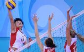 图文:女排预赛中国胜波兰 杨昊在比赛中扣球