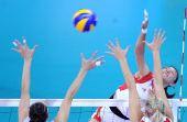 图文:女排预赛中国胜波兰 李娟在比赛中进攻