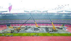 几辆200吨的吊车将闭幕式设备吊进地仓。新华社发
