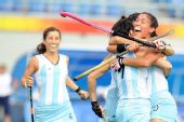 图文:[女曲]阿根廷2-2英国 庆祝进球得分