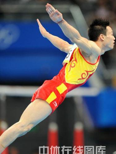 图文:体操男团决赛中国队冲金 杨威展翅高飞