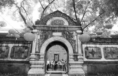 图为恭王府府邸通往花园的汉白玉门