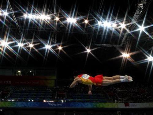 图文:体操男团决赛中国队冲击金牌 鞍马比赛中