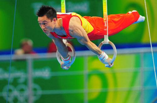 图文:体操男团决赛 杨威出战吊环