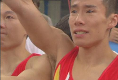 图文:体操男团中国队夺冠 肖钦眼含热泪