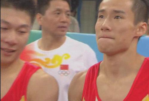图文:体操男团中国队夺冠 肖钦与李小鹏