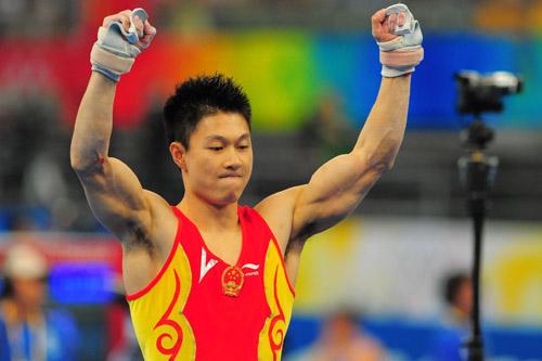 图文:体操男团决赛中国夺金 李小鹏庆祝胜利