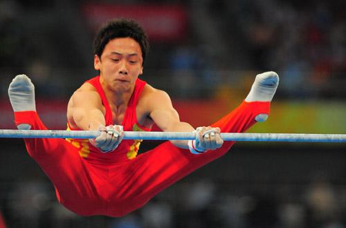 图文:体操男团决赛中国夺金 邹凯单杠收尾