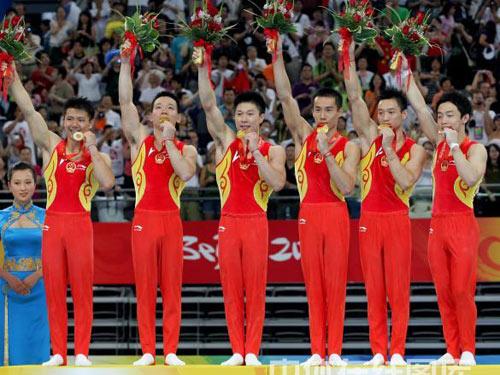 图文:体操男团中国夺金泪撒奖台 亲吻金牌