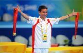 图文:中国男团夺得冠军 黄玉斌手持六枚金牌