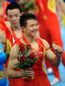 图文:体操男团决赛中国夺金 陈一冰展示金牌